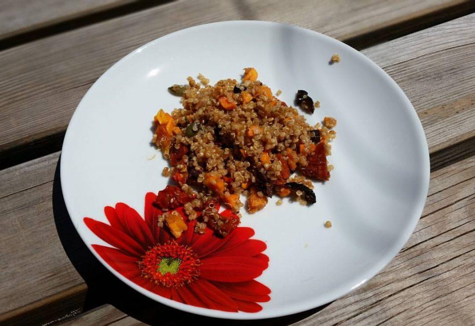 Salade de quinoa, lentilles corail, graines de courges, tomates séchées, olives noires et carottes