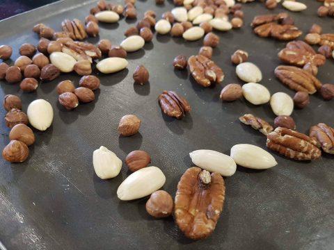 Mélange de noisettes, amandes et noix. Atelier sablés d'automne chez Zôdio Clermont-Ferrand lors du Blog'Zday